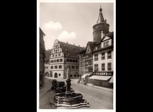 Kitzingen, Marktbrunnen m. Geschäften, Oldtimer u. Personen, ungebr sw-AK
